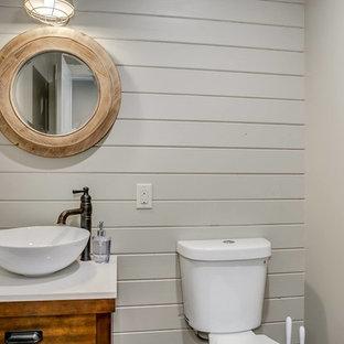Идея дизайна: маленький туалет в стиле рустика с плоскими фасадами, фасадами цвета дерева среднего тона, раздельным унитазом, бежевыми стенами, настольной раковиной и столешницей из кварцита