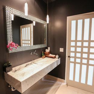 Inspiration pour un petit WC et toilettes minimaliste avec un mur noir, un sol en marbre, un plan de toilette en marbre et une grande vasque.