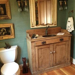 Immagine di un bagno di servizio country di medie dimensioni con parquet chiaro