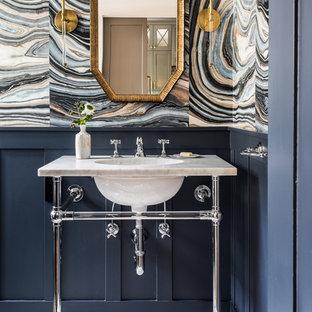 Immagine di un bagno di servizio chic con pareti multicolore, lavabo a consolle, pavimento multicolore e top grigio