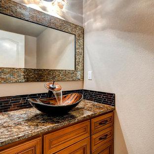 Свежая идея для дизайна: туалет среднего размера в стиле кантри с фасадами с декоративным кантом, темными деревянными фасадами, коричневой плиткой, керамической плиткой, бежевыми стенами, настольной раковиной, столешницей из гранита и коричневой столешницей - отличное фото интерьера