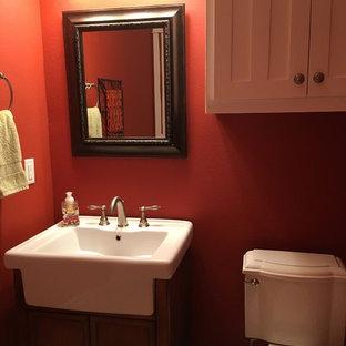 Ispirazione per un piccolo bagno di servizio american style con ante bianche, WC a due pezzi, pareti rosse, pavimento con piastrelle in ceramica e pavimento beige