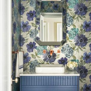 Ispirazione per un bagno di servizio stile marino di medie dimensioni con consolle stile comò, ante blu, lavabo a bacinella, top bianco e pareti multicolore