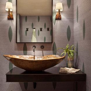 Réalisation d'un WC et toilettes chalet de taille moyenne avec un placard sans porte, des portes de placard en bois vieilli, une vasque, un plan de toilette en acier inoxydable et un plan de toilette noir.