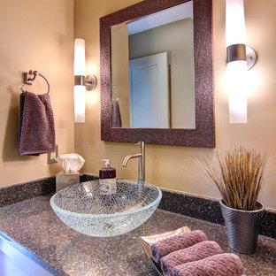 Diseño de aseo tradicional renovado, de tamaño medio, con lavabo sobreencimera, armarios estilo shaker, encimera de cuarzo compacto, sanitario de dos piezas, baldosas y/o azulejos beige, paredes beige, suelo de baldosas de porcelana y puertas de armario violetas