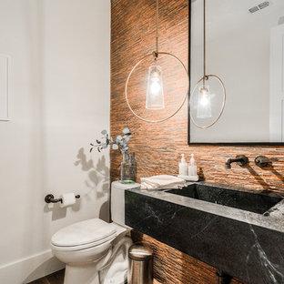 Kleine Moderne Gästetoilette mit Wandtoilette mit Spülkasten, farbigen Fliesen, orangefarbenen Fliesen, Stäbchenfliesen, weißer Wandfarbe, integriertem Waschbecken, schwarzer Waschtischplatte, offenen Schränken und schwarzen Schränken in Dallas