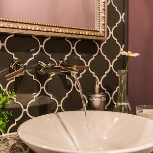 Foto di un piccolo bagno di servizio chic con ante lisce, ante bianche, WC monopezzo, pistrelle in bianco e nero, piastrelle di vetro, parquet scuro, lavabo sottopiano, top in quarzo composito e pavimento marrone