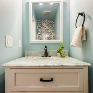 Modelo de aseo contemporáneo, pequeño, con armarios tipo mueble, puertas de armario blancas, baldosas y/o azulejos azules, baldosas y/o azulejos de vidrio laminado, encimera de cuarzo compacto y encimeras grises