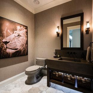 Ispirazione per un grande bagno di servizio classico con nessun'anta, ante nere, WC monopezzo, pareti marroni, pavimento in gres porcellanato, lavabo integrato, top in cemento e pavimento grigio
