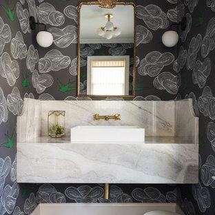 Imagen de aseo moderno, pequeño, con armarios abiertos, sanitario de dos piezas, paredes multicolor, suelo de pizarra, lavabo sobreencimera, encimera de mármol, suelo negro y encimeras blancas