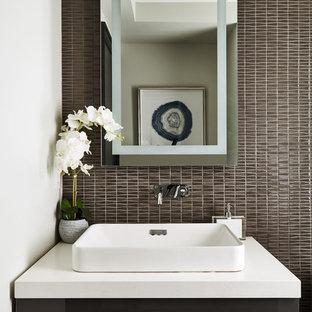 Esempio di un bagno di servizio chic con ante lisce, ante grigie, piastrelle grigie, piastrelle a mosaico, pareti bianche, lavabo a bacinella, top in quarzite e top bianco