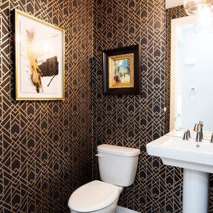 Пример оригинального дизайна: маленький туалет в современном стиле с желтыми фасадами, раздельным унитазом, разноцветными стенами, раковиной с пьедесталом, напольной тумбой и обоями на стенах