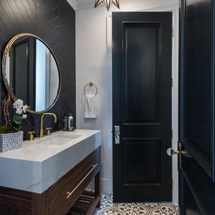 ロサンゼルスの中くらいのトラディショナルスタイルのおしゃれなトイレ・洗面所 (家具調キャビネット、濃色木目調キャビネット、一体型トイレ、黒いタイル、磁器タイル、白い壁、セメントタイルの床、アンダーカウンター洗面器、タイルの洗面台、白い床、白い洗面カウンター) の写真