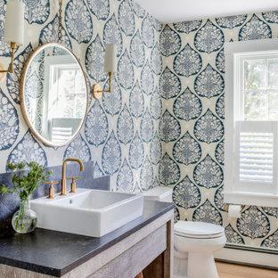 ボストンの小さいビーチスタイルのおしゃれなトイレ・洗面所 (オープンシェルフ、ヴィンテージ仕上げキャビネット、一体型トイレ、白い壁、淡色無垢フローリング、ベッセル式洗面器、ソープストーンの洗面台、ベージュの床、黒い洗面カウンター) の写真