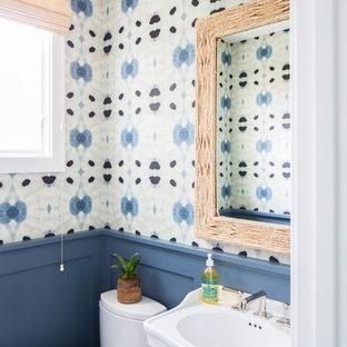 Esempio di un bagno di servizio stile marino con WC a due pezzi, pareti multicolore e lavabo a consolle
