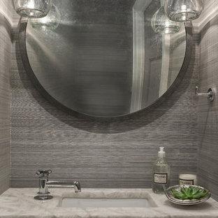 Kleine Moderne Gästetoilette mit flächenbündigen Schrankfronten, grauen Schränken, grauer Wandfarbe, Unterbauwaschbecken, Marmor-Waschbecken/Waschtisch und beiger Waschtischplatte