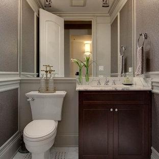 Foto di un bagno di servizio tradizionale di medie dimensioni con ante in stile shaker, ante in legno bruno, WC a due pezzi, pareti grigie, pavimento in marmo, lavabo sottopiano, top in marmo e piastrelle nere