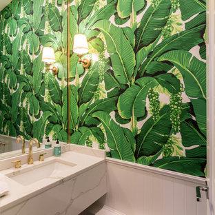 Imagen de aseo clásico renovado con paredes verdes, lavabo bajoencimera, encimera de mármol y encimeras blancas