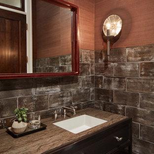 Geräumige Klassische Gästetoilette mit Schrankfronten mit vertiefter Füllung, schwarzen Schränken, grauen Fliesen, Keramikfliesen, oranger Wandfarbe, Kalkstein, Unterbauwaschbecken, Granit-Waschbecken/Waschtisch und grauem Boden in Chicago