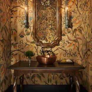 Стильный дизайн: огромный туалет в средиземноморском стиле с фасадами островного типа, темными деревянными фасадами, разноцветными стенами и настольной раковиной - последний тренд