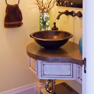 Стильный дизайн: маленький туалет в классическом стиле с настольной раковиной, белыми фасадами, столешницей из ламината и фасадами с утопленной филенкой - последний тренд