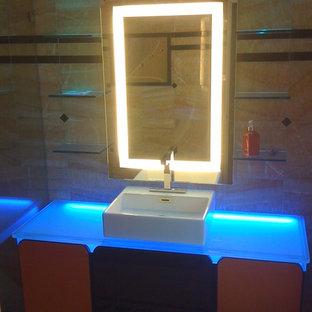 Ispirazione per un bagno di servizio design con ante lisce, ante arancioni, pareti beige, lavabo a bacinella e top in vetro