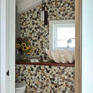 Foto di un piccolo bagno di servizio stile marino con nessun'anta, WC sospeso, piastrelle di vetro, pareti multicolore, pavimento in terracotta e lavabo a bacinella