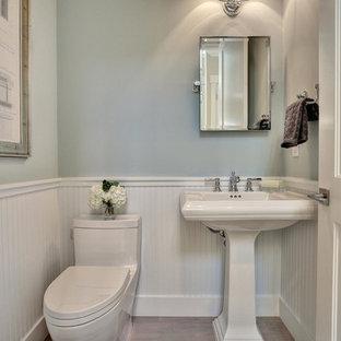 Foto di un bagno di servizio tradizionale di medie dimensioni con lavabo a colonna, WC monopezzo, pareti blu e parquet chiaro