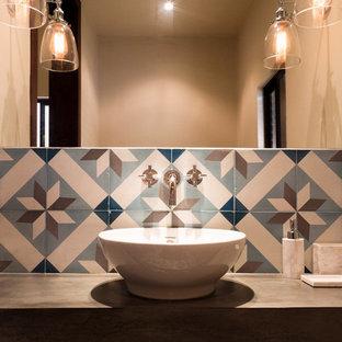 Bild på ett litet funkis toalett, med blå kakel, brun kakel, vit kakel, porslinskakel, beige väggar, ett fristående handfat och bänkskiva i betong