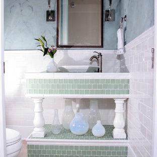 На фото: с высоким бюджетом маленькие туалеты в классическом стиле с бежевой плиткой, керамогранитной плиткой, раздельным унитазом, настольной раковиной, синими стенами, полом из керамогранита и столешницей из плитки