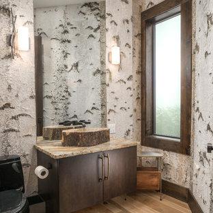 Источник вдохновения для домашнего уюта: туалет в стиле рустика с плоскими фасадами, темными деревянными фасадами, унитазом-моноблоком, разноцветными стенами, светлым паркетным полом, настольной раковиной, бежевым полом и разноцветной столешницей