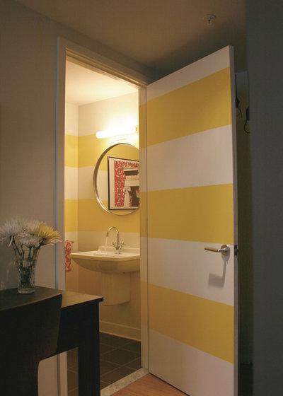 Contemporain Toilettes by Emily Elizabeth Interior Design