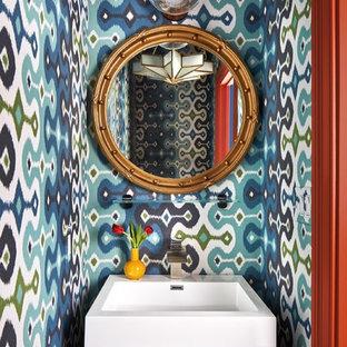 Immagine di un piccolo bagno di servizio boho chic con ante lisce, ante in legno bruno, pareti multicolore e lavabo a consolle