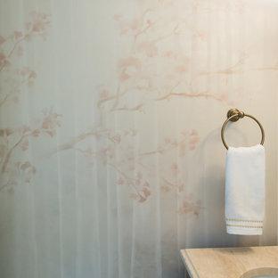 Immagine di un piccolo bagno di servizio tradizionale con consolle stile comò, ante in legno scuro, WC monopezzo, pareti rosa, pavimento con piastrelle in ceramica, lavabo sottopiano, top in marmo e pavimento beige