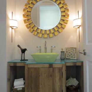 Diseño de aseo contemporáneo, pequeño, con armarios con paneles lisos, puertas de armario de madera oscura, paredes blancas, suelo de madera clara, lavabo sobreencimera, encimera de vidrio y encimeras azules