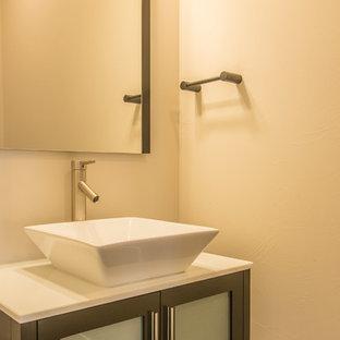 Стильный дизайн: маленький туалет в стиле модернизм с стеклянными фасадами, темными деревянными фасадами, раздельным унитазом, белыми стенами, паркетным полом среднего тона, настольной раковиной, столешницей из кварцита и коричневым полом - последний тренд