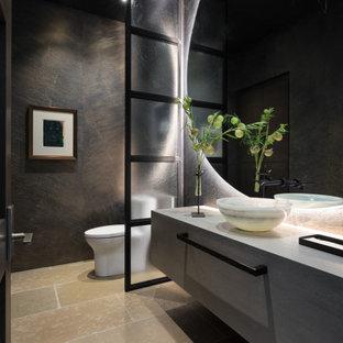 Inspiration för ett funkis toalett, med släta luckor, skåp i mörkt trä, bruna väggar, ett fristående handfat, träbänkskiva och beiget golv