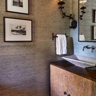Immagine di un bagno di servizio stile rurale con consolle stile comò, pareti grigie, lavabo a bacinella e top in legno