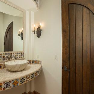 Ispirazione per un bagno di servizio mediterraneo di medie dimensioni con lavabo a bacinella, piastrelle multicolore, pareti bianche, pavimento in terracotta, top piastrellato e piastrelle di cemento