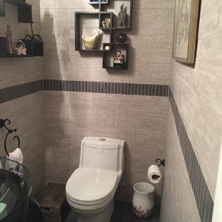 Diseño de aseo asiático, pequeño, con armarios abiertos, sanitario de una pieza, baldosas y/o azulejos de cerámica, paredes grises, suelo de baldosas de porcelana, lavabo con pedestal, encimera de vidrio y baldosas y/o azulejos grises