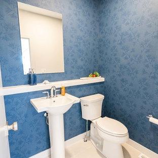 Idée de décoration pour un petit WC et toilettes marin avec un WC séparé, un mur bleu, un sol en carrelage de porcelaine, un lavabo de ferme et un sol beige.