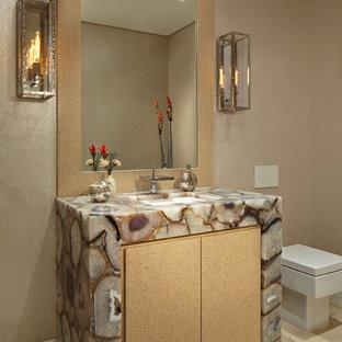 Новый формат декора квартиры: большой туалет в современном стиле с врезной раковиной, плоскими фасадами, светлыми деревянными фасадами, унитазом-моноблоком, бежевыми стенами, мраморным полом и разноцветной столешницей