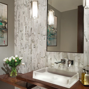 На фото: класса люкс маленькие туалеты в современном стиле с серыми стенами, настольной раковиной, столешницей из дерева, открытыми фасадами, унитазом-моноблоком, бежевой плиткой, мраморной плиткой, мраморным полом, белым полом и коричневой столешницей