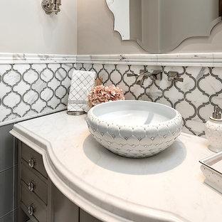 Idées déco pour un très grand WC et toilettes classique avec un placard en trompe-l'oeil, des portes de placard grises, un WC à poser, un carrelage multicolore, du carrelage en marbre, un mur gris, un sol en marbre, une vasque, un plan de toilette en marbre, un sol blanc et un plan de toilette blanc.