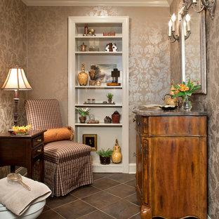 Пример оригинального дизайна: туалет среднего размера в стиле фьюжн с фасадами островного типа, фасадами цвета дерева среднего тона, коричневой плиткой, бежевыми стенами, полом из керамической плитки, консольной раковиной, мраморной столешницей, коричневым полом и коричневой столешницей