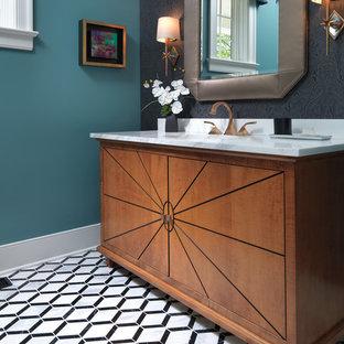 Modelo de aseo vintage, de tamaño medio, con armarios tipo mueble, puertas de armario de madera oscura, paredes multicolor, suelo de baldosas de cerámica, lavabo bajoencimera, encimera de mármol, suelo multicolor y encimeras blancas