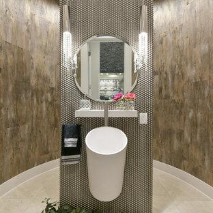 エドモントンの中くらいのコンテンポラリースタイルのおしゃれなトイレ・洗面所 (メタルタイル、ベッセル式洗面器、フラットパネル扉のキャビネット、白いキャビネット、分離型トイレ、グレーのタイル、茶色い壁、磁器タイルの床、珪岩の洗面台、ベージュの床) の写真