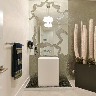 Idée de décoration pour un très grand WC et toilettes minimaliste.