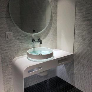 Inspiration pour un petit WC et toilettes minimaliste avec des portes de placard blanches, un bidet, un carrelage noir et blanc, des carreaux de céramique, un mur noir, un sol en carrelage de terre cuite, une vasque, un plan de toilette en surface solide, un sol noir, un plan de toilette blanc et meuble-lavabo encastré.