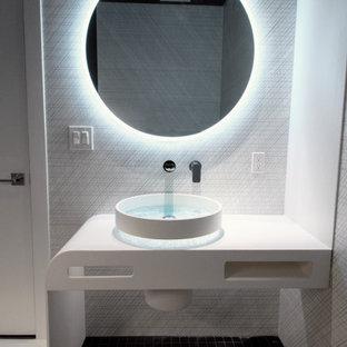 Idées déco pour un petit WC et toilettes moderne avec des portes de placard blanches, un bidet, un carrelage noir et blanc, des carreaux de céramique, un mur noir, un sol en carrelage de terre cuite, une vasque, un plan de toilette en surface solide, un sol noir, un plan de toilette blanc et meuble-lavabo encastré.